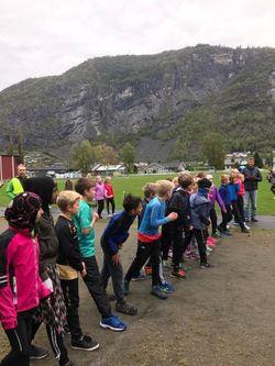 Klare for start på 800 meter på idrettsdagen i Gaupne