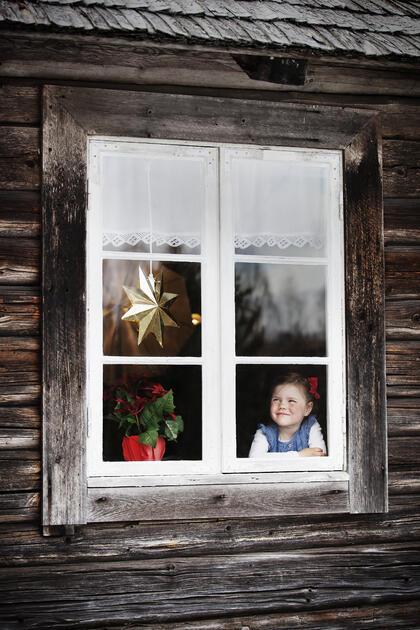 Jente i vindu på Prøysenstua