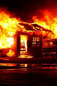Bilde illustrasjon brann i bil og bygning