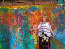Hanne Lunder og veggmaleri i Guatemala