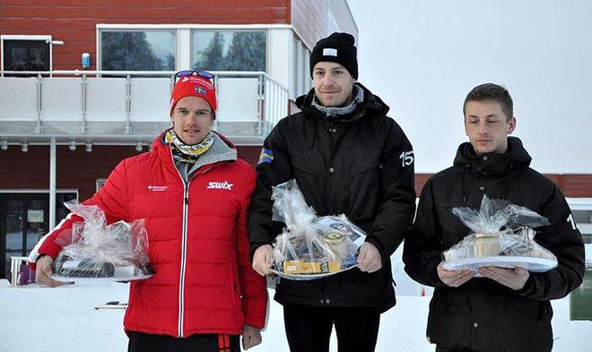 TRE LÅNGLOPPSSPECIALISTER i topp i herrarnas klass. Anton Karlsson (mitten) var bäst före Oskar Kardin (tv) och Oscar Persson.