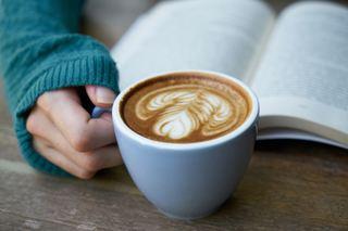 bildet viser en bok og en kaffekopp