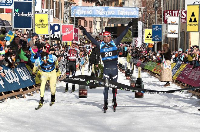 ILIA CHERNOUSOV jublar över segern i Marcialonga precis före norrmannen Tore Bjørseth Berdahl. Bakom trean Morten Eide Pedersen. Foto: NEWSPOWER.IT