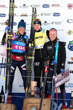 TVÅ SVENSKOR på pallen i Marcialonga. Britta Johansson Norgren segrade före Katerina Smutna, Tjeckien (tv) och Lina Korsgren som trea. Foto: NEWSPOWER.IT