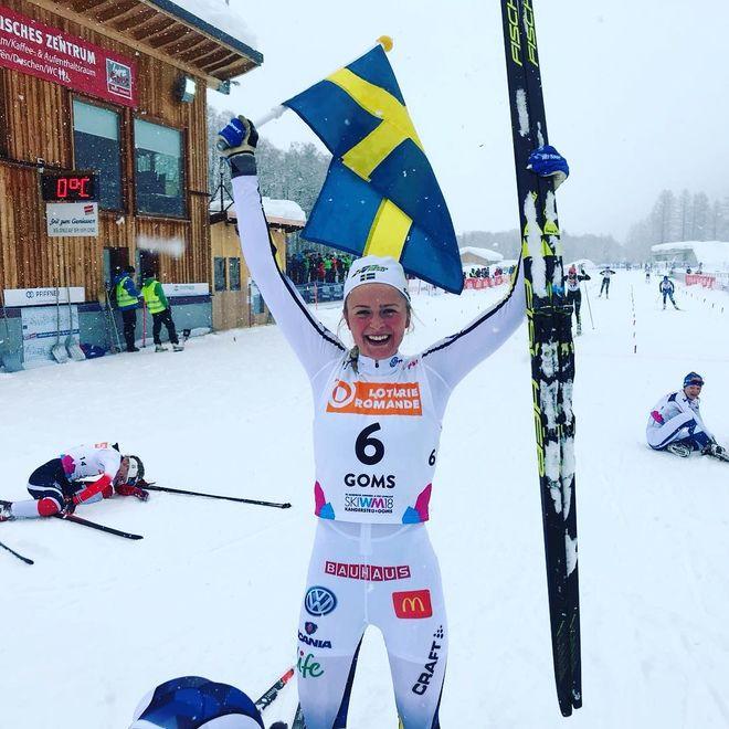 DEN HÄR gången var det glädjetårar från Frida Karlsson som var totalt överlägsen i skiathlon-loppet på JVM. Foto: SSF