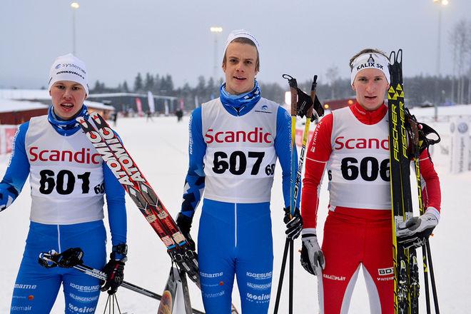 NYA NAMN i toppen av H19-20-klassen med JVM-åkarna i Schweiz. Till höger segraren Simon Stenberg, Kalix, i mitten tvåan Felix Erlander och till vänster trean Oscar Olsson, båda från Hudiksvall. Foto: ROLF ZETTERBERG
