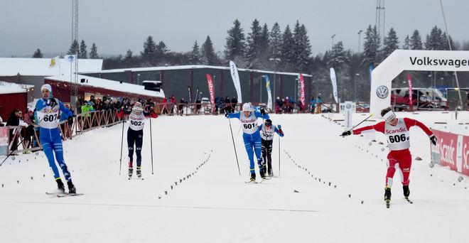 SIMON STENBERG, Kalix (höger) kastar sig precis före Felix Erlander, Hudiksvall (vänster) över mållinjen och vinner med 7 hundradelar. I mitten trean Oscar Olsson, Hudik som vann prologen. Foto: ROLF ZETTERBERG