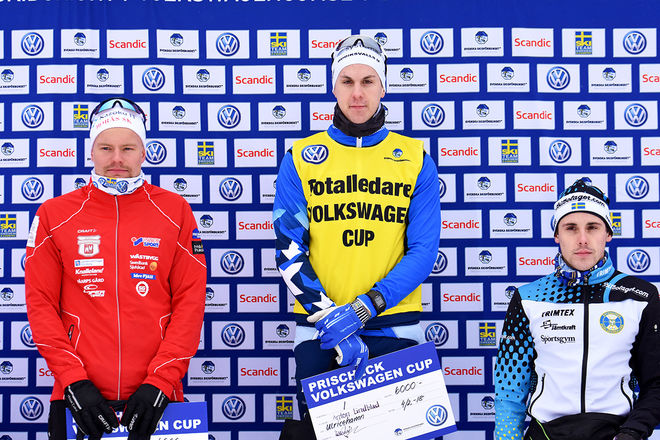 ANTON LINDBLAD behövde bara ett dygn på att ta tillbaka den gula ledartröjan i Volkswagen cup. Till vänster tvåan Karl-Johan Westberg, Borås och till höger trean Rasmus Hörnfeldt, Östersund. Foto: ROLF ZETTERBERG