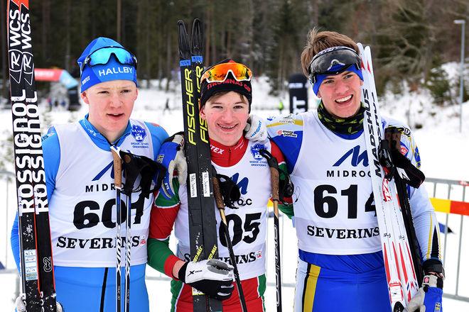 MEDALJTRION i H17-18: Pål Jonsson (mitten) flankeras av Jonathan Norder (tv) och Alfred Eriksson. Foto: ROLF ZETTERBERG