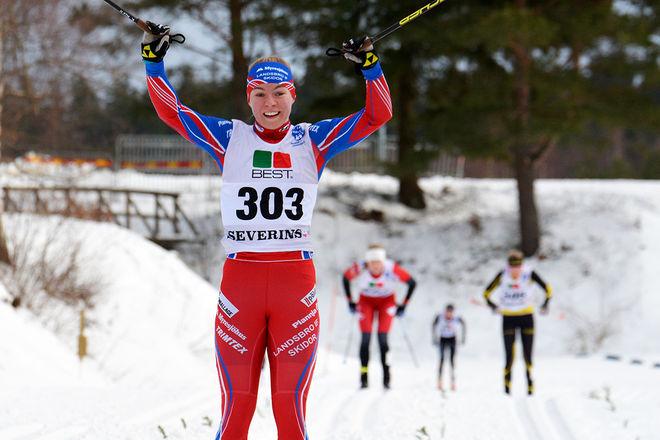 MOA HANSSON jublar över JSM-guldet i sprint i D17-18. Foto: ROLF ZETTERBERG