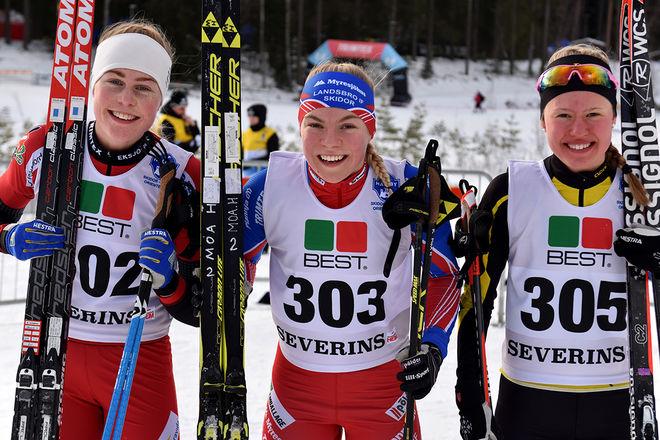 MOA HANSSON, Landsbro (mitten) och Hanna Abrahamsson, Eksjö (tv) säkrade dubbelseger till Småland i D17-18. Tilda Östberg, Stora Tuna var trea. Foto: ROLF ZETTERBERG