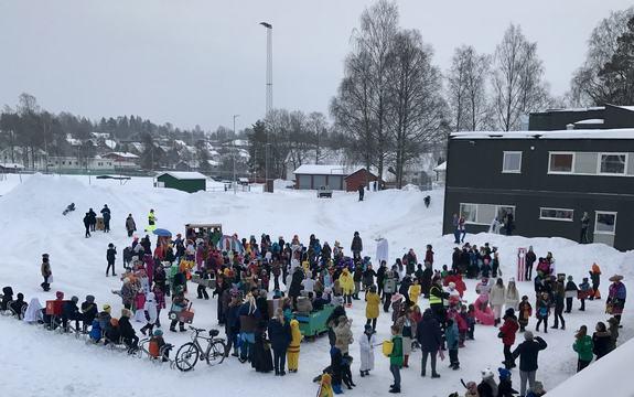 alle foran skolen