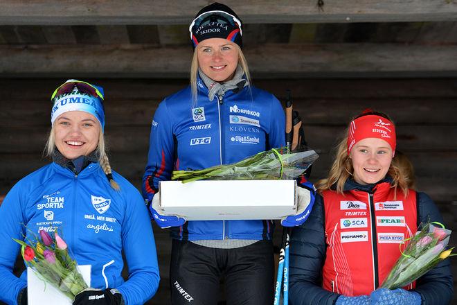 FRIDA KARLSSON på sin vanliga plats längst uppe på pallen i D19-20. Men Linn Svahn (tv) tog ett kliv upp till silver, medan Alicia Persson (th) klev in på pallen som trea. Foto: ROLF ZETTERBERG