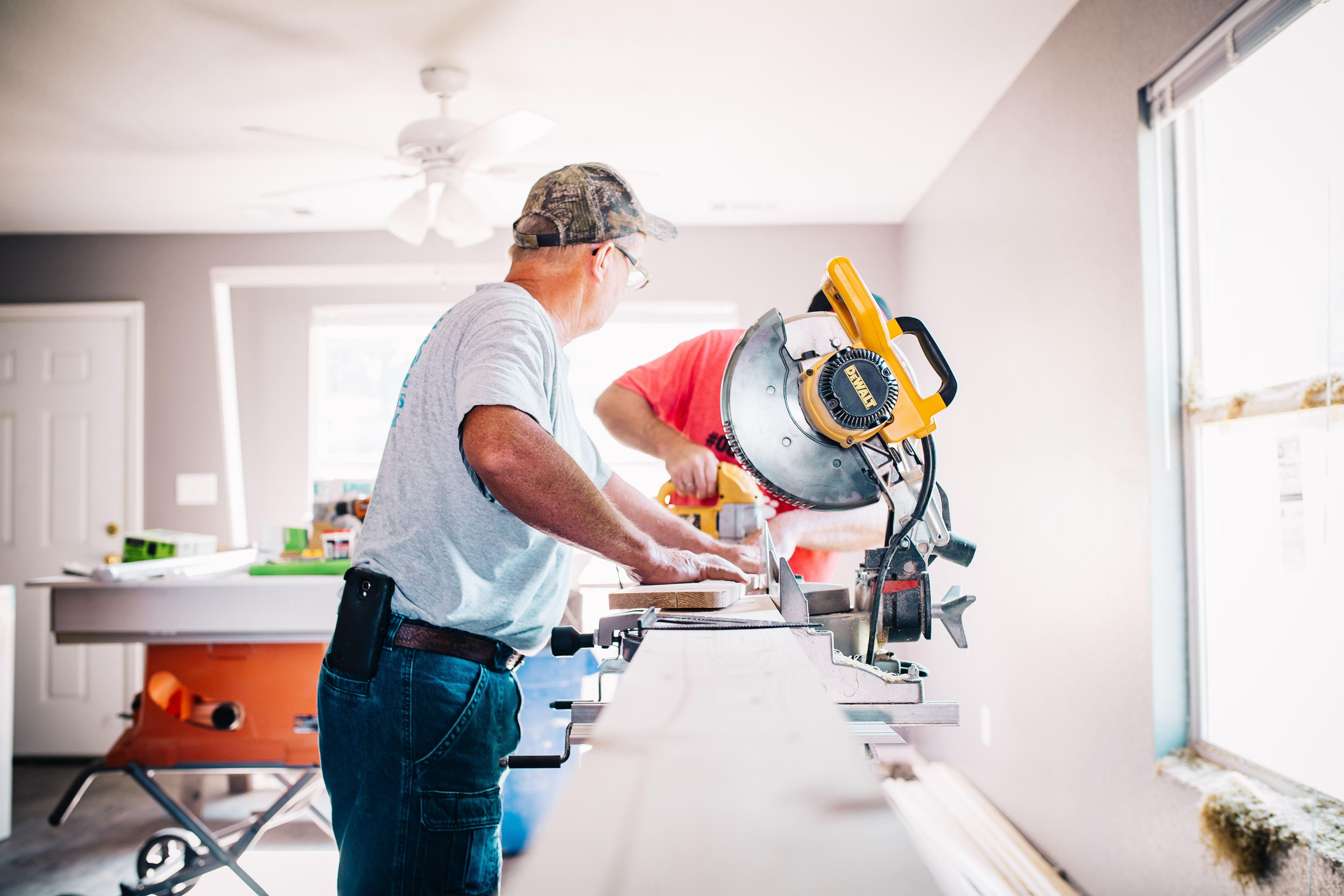 Bilde illustrasjon byggearbeider mann sager