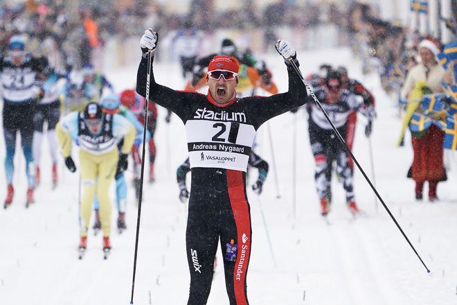 ANDREAS NYGAARD jublar över segern i det 94:e Vasaloppet. Han fick revansch för förra året, då han blev slagen med en tånagels längd av John Kristian Dahl. Foto: MAGNUS ÖSTH/Visma Ski Classics