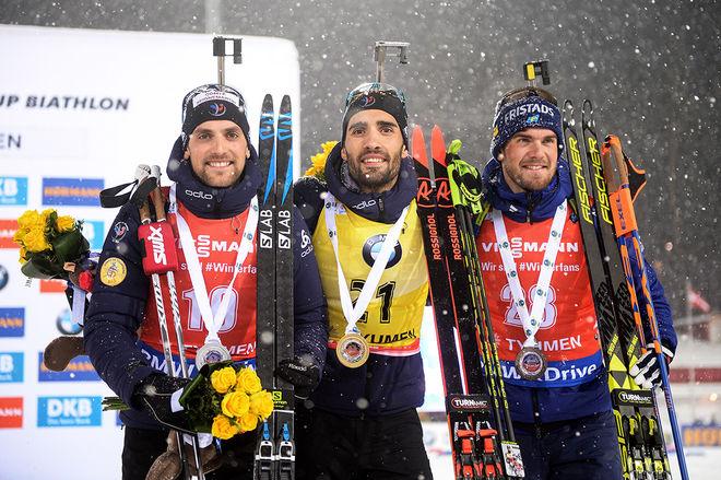 FREDRIK LINDSTRÖM (höger) äntligen tillbaka på pallen i världscupen. Vid sprinttävlingen i ryska Tyumen delade han pallen med två fransmän: Segraren Martin Fourcade (mitten) och tvåan Simon Desthieux (vänster). Foto: NORDIC FOCUS