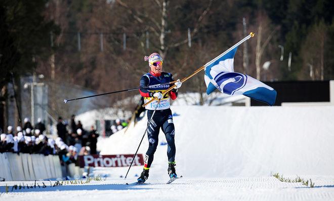JENS BURMAN hade god tid att ta emot Åsarna-fanan på upploppet. Han ryckte ifrån Hudiksvalls Anton Lindblad och säkrade 18:e guldet till klubben. Foto/rights: KJELL-ERIK KRISTIANSEN/KEK-stock