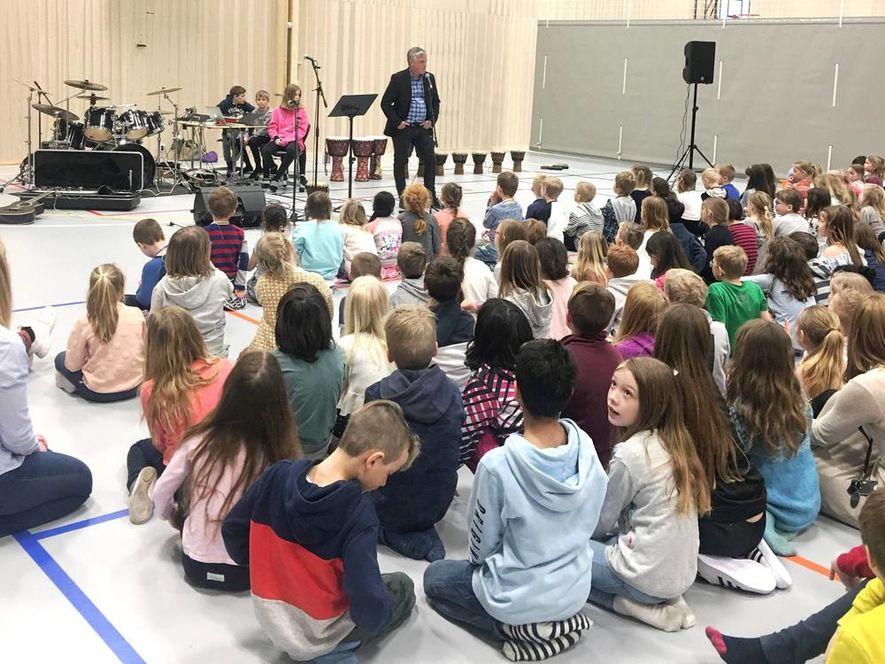 Rektor Olav Helge Karlsen ønsker elevene velkommen til nye Solberg skole Foto: Anne Eid/Ås kommune