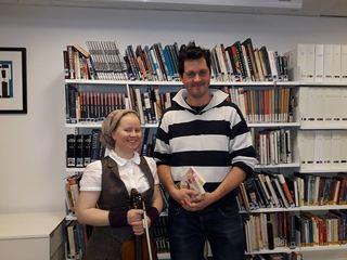 Kvinne med fiolin og mann med bøker