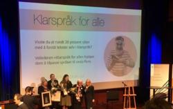 Klarspråkprisvinnerne er (f.v.) Helsedep, Mattilsynet, Udir og Plan- og bygningsetaten i Oslo kommune. Monica Mæland,kommunal- og moderniseringsminister, helt til høyre, delte ut prisen. Foto: Heidi Bunæs Eklund.