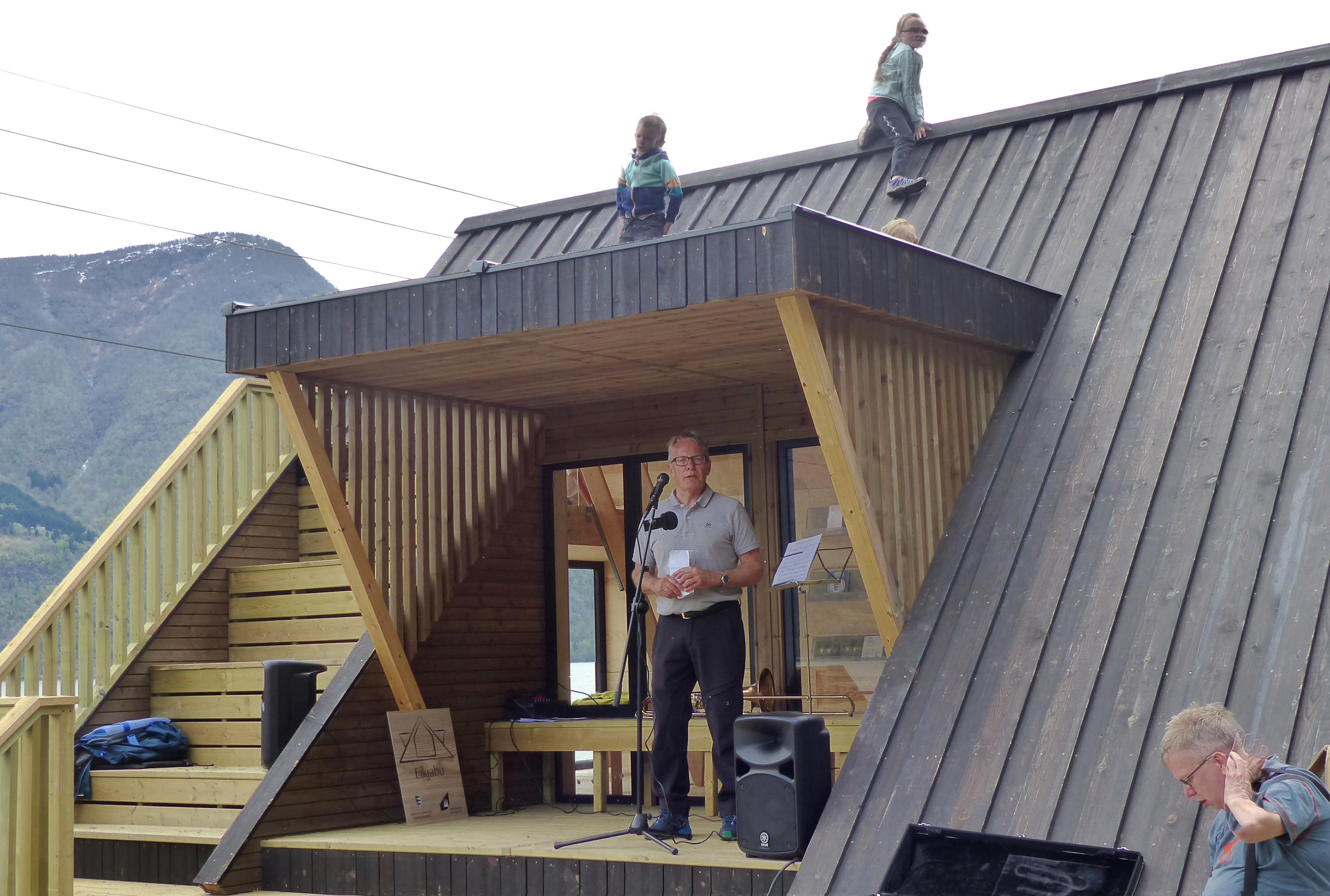 Johannes Øygarden m barn på taket.jpg