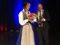 Liv Mari Schei mottar Tyfusstatuetten 2018 av lokalstyreleder Arild Olsen Foto: Roger Zahl Ødegård