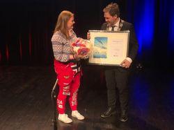 Amalie Henriksen mottar Ungdommens kulturstipend 2018 av lokalstyreleder Arild Olsen Foto: Roger Zahl Ødegård