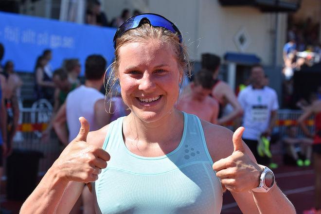 TYDLIGEN NÖJD med insatsen i Göteborgsvarvet, Hanna Falk var 45:a bland alla damer i tävlingen. Foto: ROLF ZETTERBERG