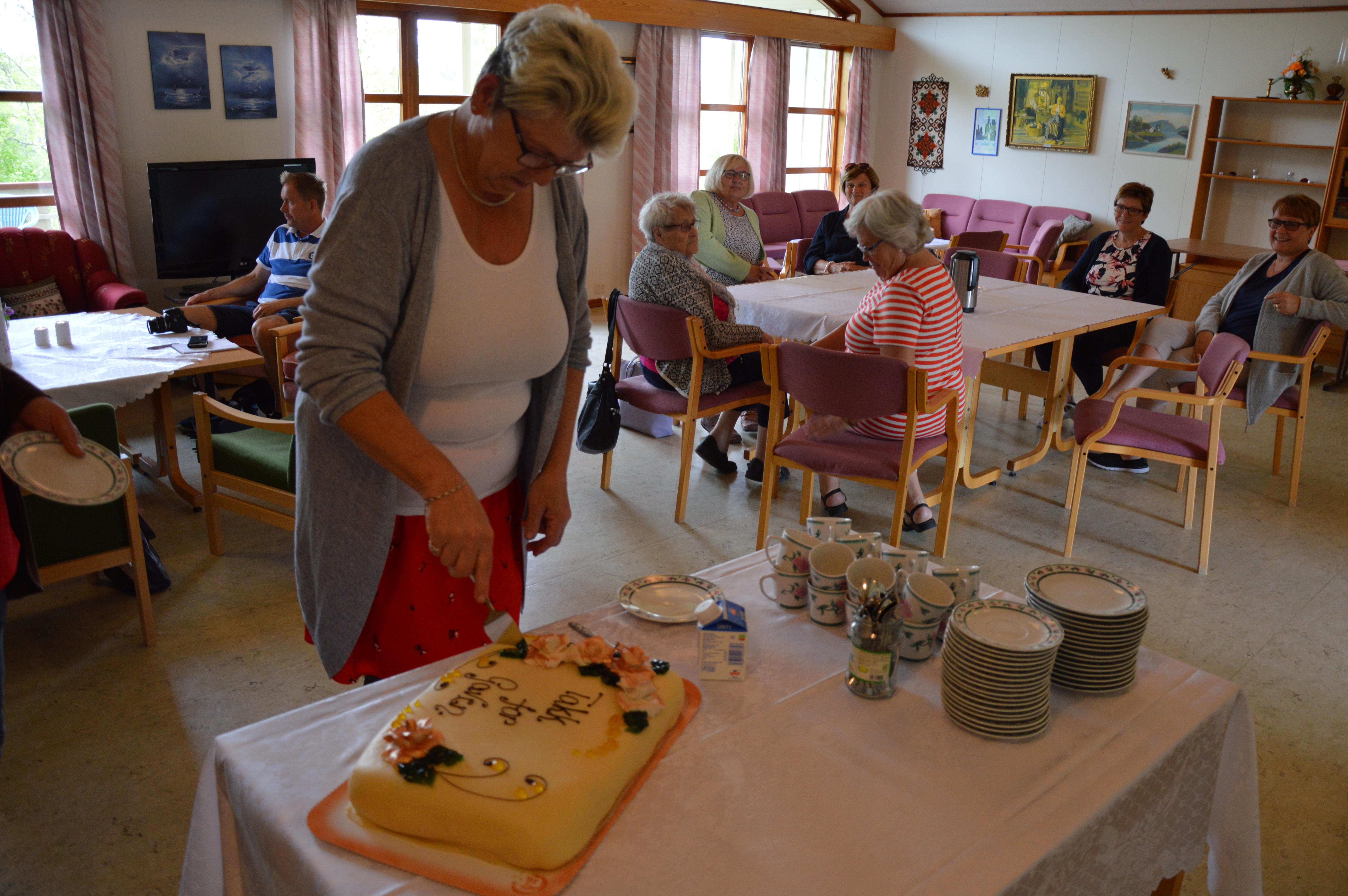 Kirkegårdsvogn_Ellinor åpner kaka
