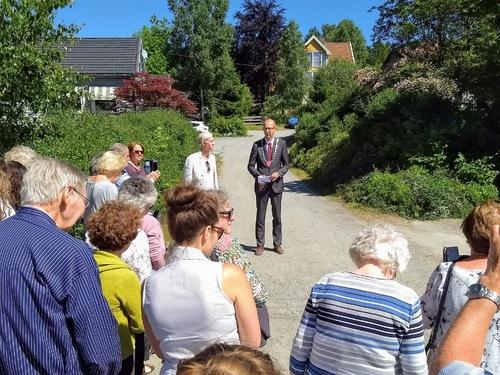 Fotografi av ordfører Ola Nordal som holder tale utenfor familien Bilds hjem i Solfallskroken.
