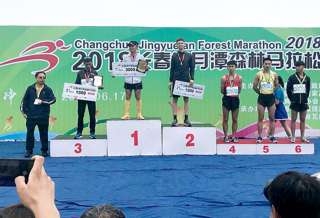 SIMON ANDERSSON, Falun-Borlänge SK tog en spontantur till Kina och slutade tvåa i Changchun Jingyuetan Forest Marathons halvmara. Foto: ARRANGÖREN
