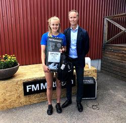STINA NILSSON mottar FM Mattsson-stipendiet av Fredrik Skarp, VD på FM Mattsson Mora Group AB. Foto: IFK MORA SK