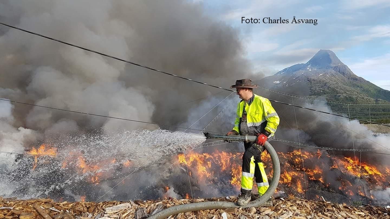 Brannmann i flammer med kred.jpg