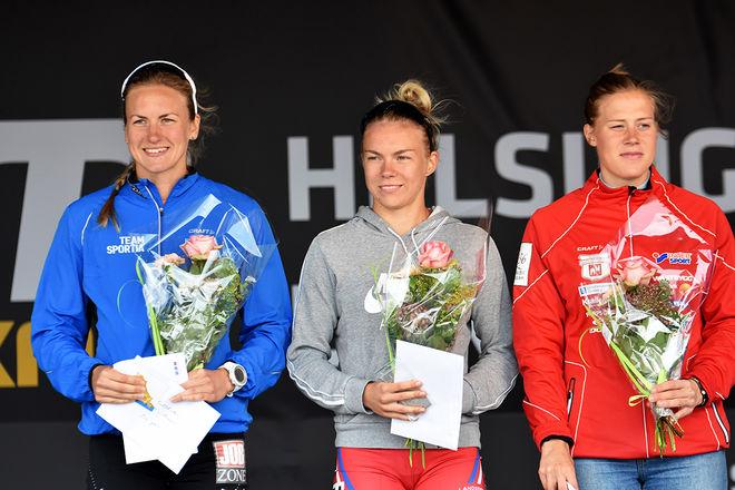 LEKTE MED DOM STORA! Junioren Moa Hansson från Landsbro (mitten) med landslagstjejerna Linn Sömskar, 1:a (tv) och Maria Nordström, 3:a (th). Foto: ROLF ZETTERBERG