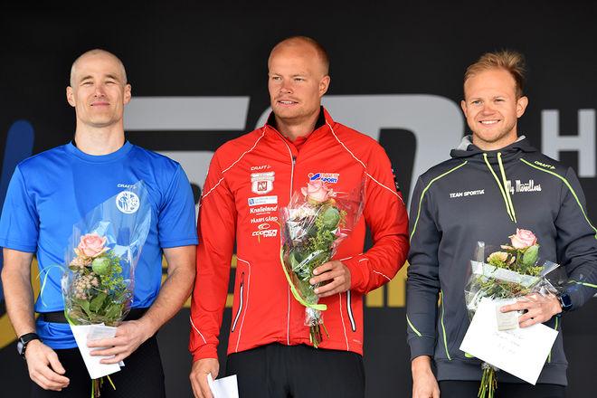 HÄR ÄR MEDALJTRION bland herrarna i årets sprint-SM på rullskidor. Till vänster segraren Tobias Westman, vidare tvåan Karl-Johan Westman och trean Robin Norum. Foto: ROLF ZETTERBERG