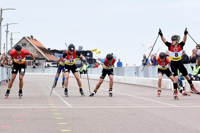TOBIAS WESTMAN (höger, nr 8) jublar för SM-guldet i sprint. Övriga på bilden från vänster: Karl-Johan Westberg, Emil Johansson, Erik Silfver och Robin Norum. Bakom syns Marcus Fredriksson. Foto: ROLF ZETTERBERG
