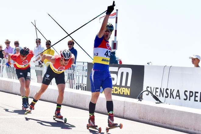 TOBIAS WESTMAN, Göteborgs SK sträckar armen i vädret för sitt andra SM-guld på rullskidor på två dagar i Helsingborg. Foto: ROLF ZETTERBERG