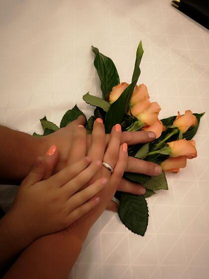 Hendene til brudeparet