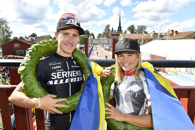 MICHAEL OLSSON (tv) och Hildegunn Gjertrud Hovdenak vann Cykelvasan under lördagen. Foto: VASALOPPET
