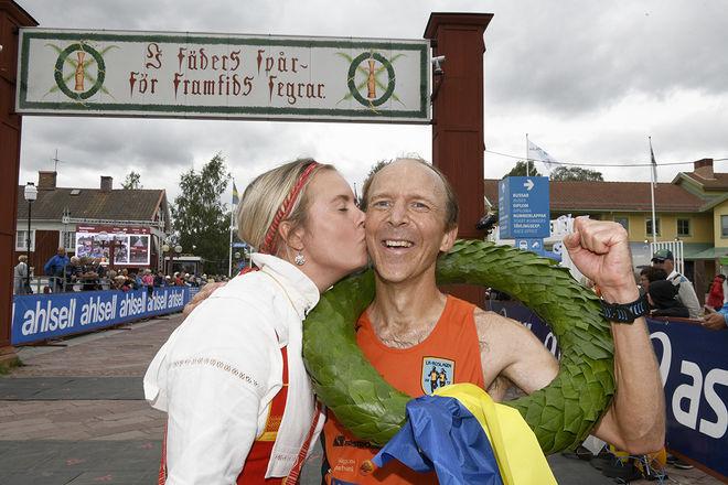 FRITJOF FAGERLUND fra Roslagen får segerpussen av kranskullan Sara Wadman efter segern i Ultravasan 90. Foto: VASALOPPET