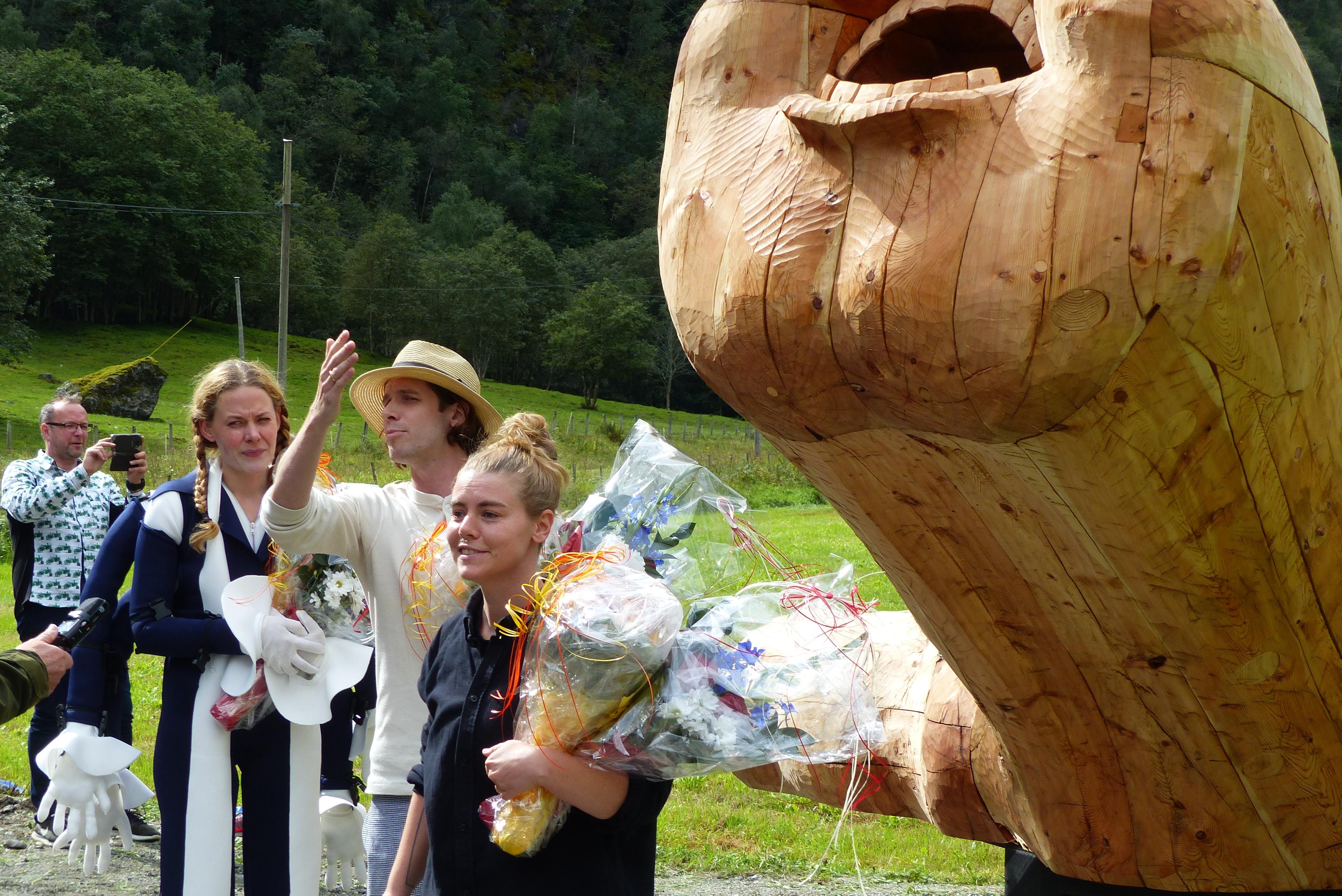 Kunstnarane Siri Hjorth t.v., Sebastian Makonnen Kjølaas og Marianne Bredesen under avdukinga av Wittgenstein-monumentet.