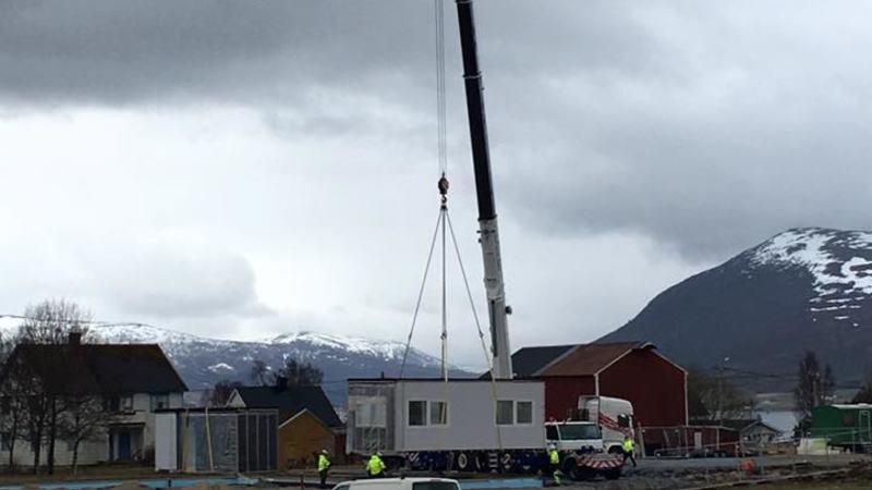 Slik så det ut da modulene ble løftet på plass til nye Evenskjer barnehage i mai 2017
