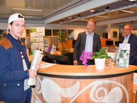 Fikk service: Patric Vesteli fikk hjelp av vikarene ordfører Saxe Frøshaug og varaordfører Tor Melvold (t.h) da han stakk innom servicetorget fredag ettermiddag. Foto: Lise-Kari Holøs