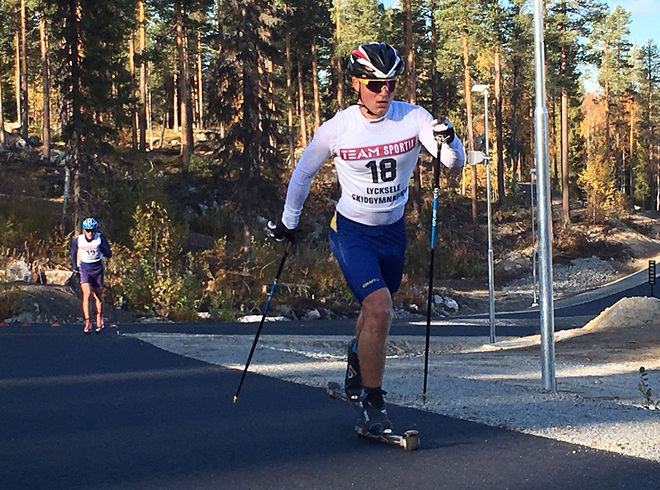 HÄR ÄR Umeås Simon Karlsson på rullskidbanan. Bakom syns också George Ersson. Foto: CATHRINE ENGMAN