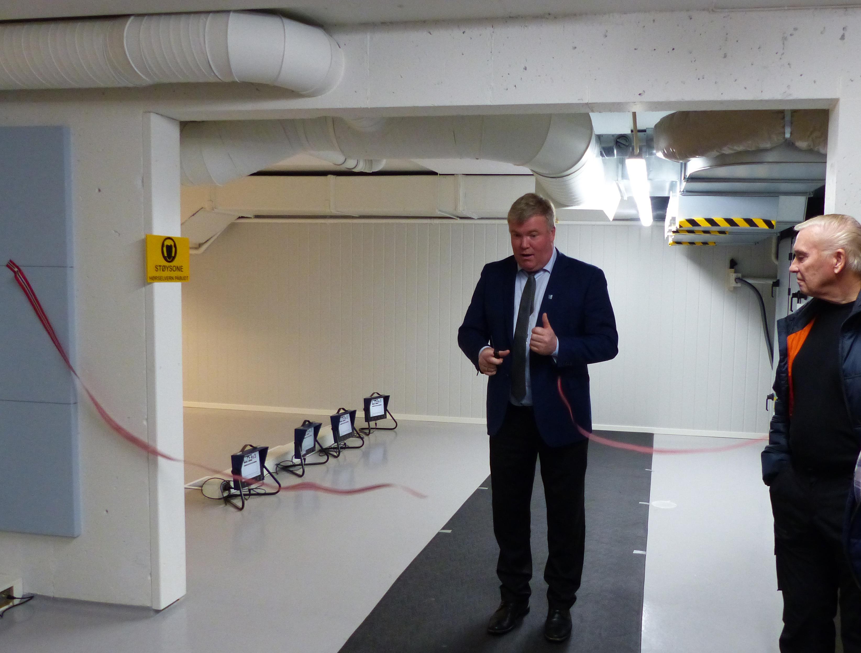 Ivar Kvalen klypper snora og opna anlegget 28.11 (hafslo skyttarlag).jpg