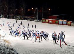 UTRIKES Skidklubbs Gustav Pålsson (slutligen trea) anför juniorfältet. Förstaårsjunioren Pålsson som öppnade säsongen fantastiskt fint med en semifinalplats mot de äldre juniorerna vid sprinten i Bruksvallarna. Alla foton: MATTIAS BÅNGMAN