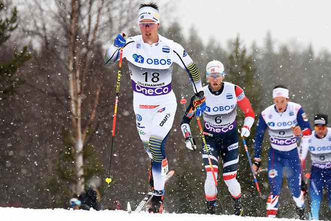 CALLE HALFVARSSON drar i förföljargruppen före Martin Johnsrud Sundby. Foto/rights: ROLF ZETTERBERG/KEK-stock