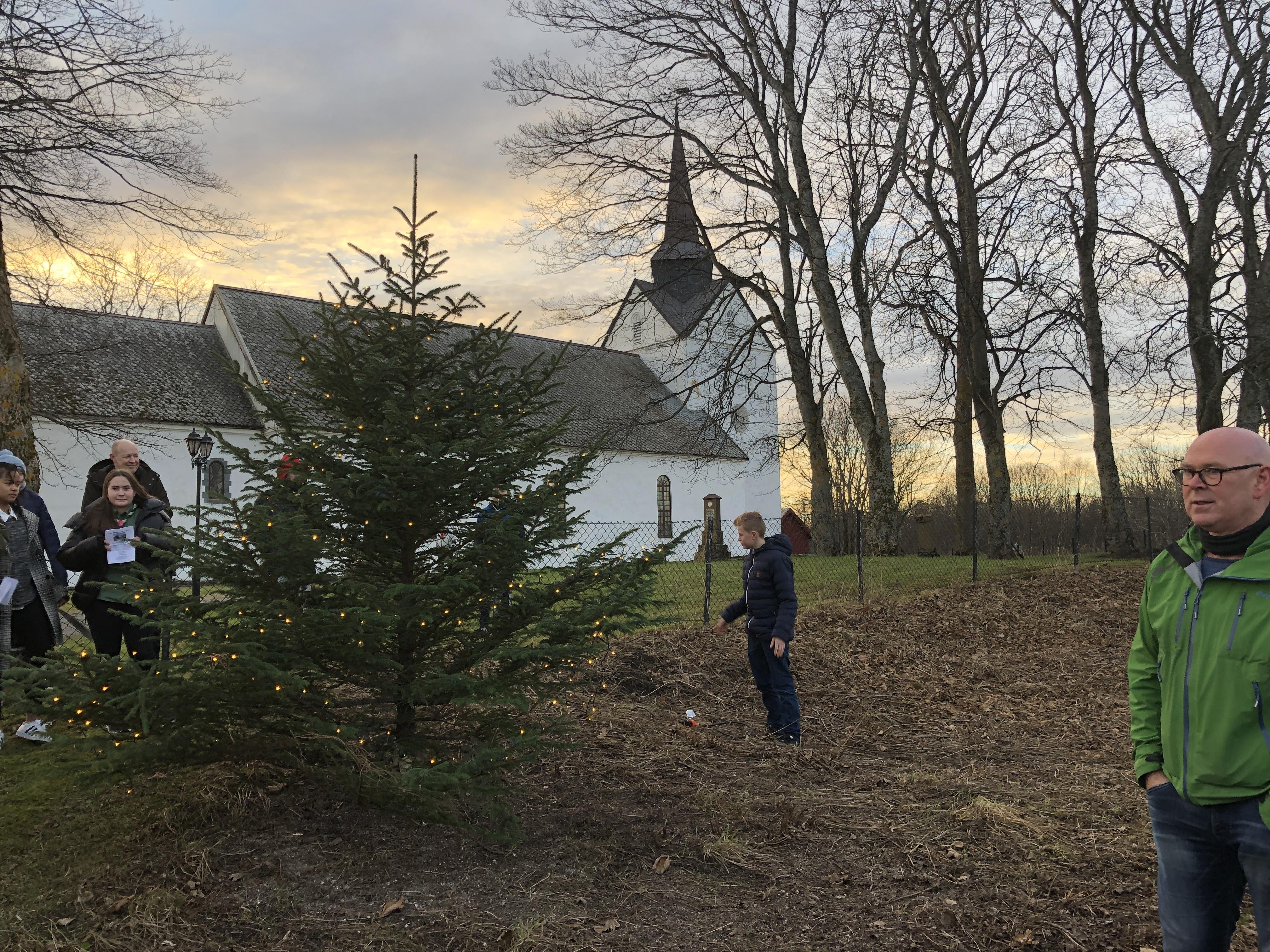 Julegrantenning og julemesse 2018_lystenning ved kirka