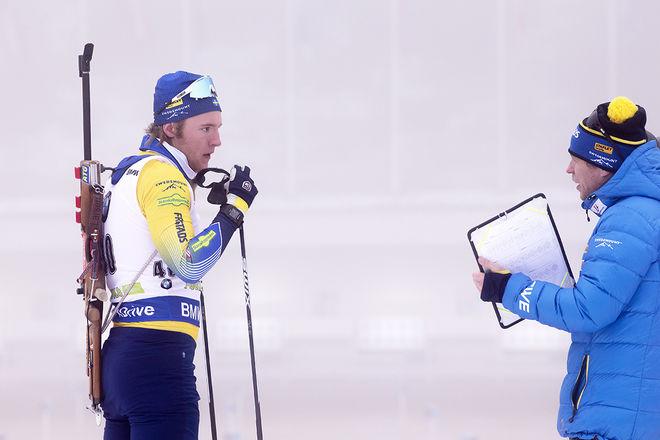 SEBASTIAN SAMUELSSON hade lite att snacka med skjuttränaren Johan Hägström om. Utan två bom hade han vunnit världscupen i distans i Pokljuka i Slovenien. Foto: NORDIC FOCUS