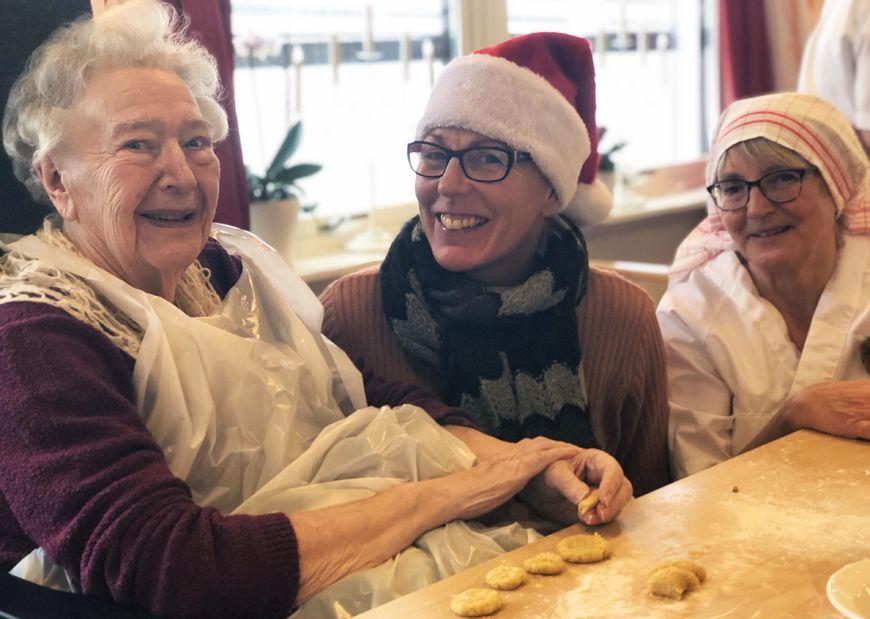Bakedag på Skjervum helse- og omsorgssenter. Beboerne baker serinakaker.